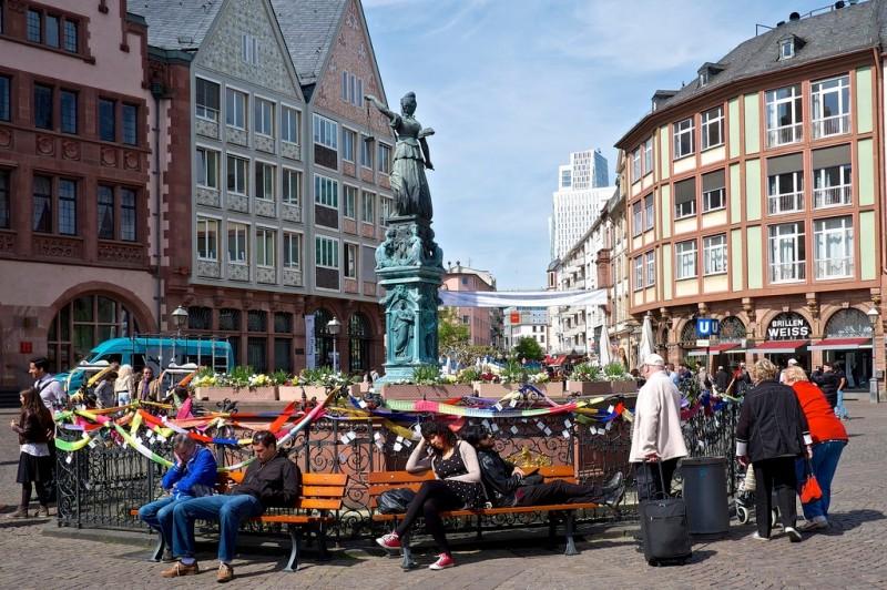 Germaniyа-frankfurt-ploshchad-remerberg-flickr.com-Manfreed